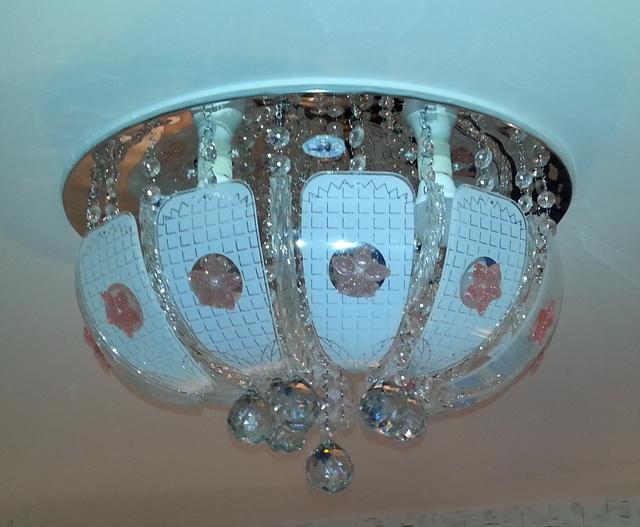 Как красиво установить в натяжной потолок прямоугольный светильник ... | 527x640